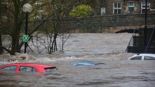 水没した車、冠水した道路